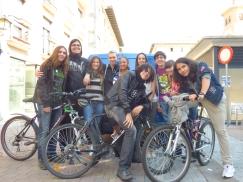 Los jóvenes de los grupos de solidaridad organizaron las actividades y dinamizaron a los más txikis junto con los chavales de scout San Andrés.