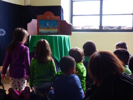 """Con motivo de la celebración de la Feria de Economía Solidaria de Navarra, los jóvenes estrenaron la representación de """"La gallina Lola"""", el cuento kamishibai que había elaborado para sensibilizar acerca de la soberanía alimentaria y la producción ecológica."""